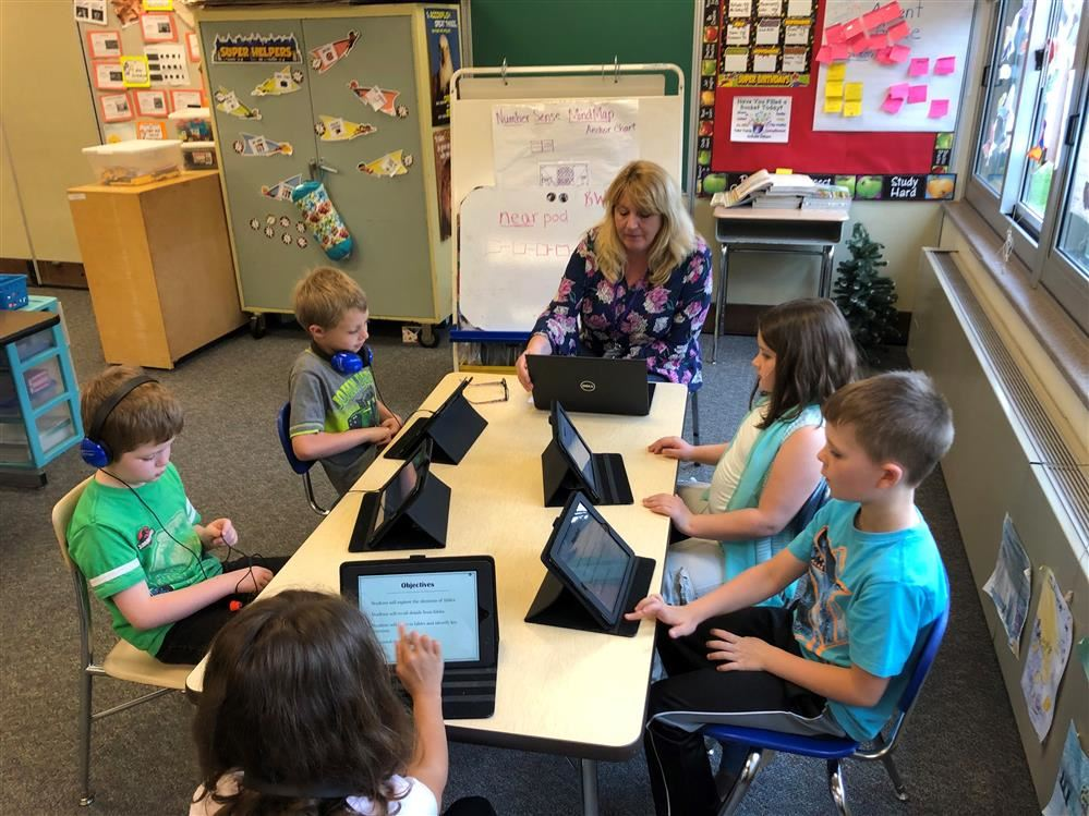 Lisa Caskey working with her students using Nearpod